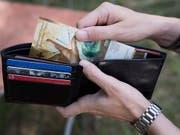 Die Arbeitnehmenden sollen wieder mehr Geld im Portemonnaie haben. Travail.Suisse und seine Mitgliedsverbände fordern Lohnerhöhungen von mindestens zwei Prozent. (Bild: KEYSTONE/CHRISTIAN BEUTLER)