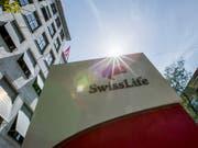 Der Lebensversicherer Swiss Life hat im ersten Halbjahr sein Gebühren- und Vorsorgegeschäft ausgebaut. (Bild: KEYSTONE/CHRISTIAN MERZ)