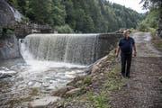Fritz Duss beim Wasserfall der Grossen Entlen, wo das Restwasser in den Kanal läuft. (Bild: Nadia Schärli, Entlebuch, 13. August 2019)