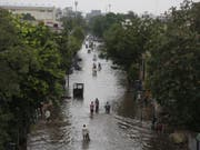 Eine überschwemmte Strasse in Ahmadabad im indischen Bundesstaat Gujarat. (Bild: Keystone/AP/AJIT SOLANKI)