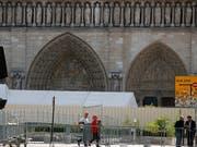 Arbeiter am Dienstag beim Aufbauen von Zäunen, die den Zutritt zu einem ersten Bereich vor der Kathedrale versperren. (Bild: KEYSTONE/AP/FRANCOIS MORI)