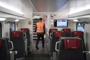 Die SBB lässt Züge mit kaputten Toiletten oder Türen trotzdem weiterfahren. (Bild: Keystone)