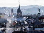 Rauch steigt aus Stadtzürcher Kaminen: Der WWF Schweiz sieht bei der Gebäude-Energiepolitik der Kantone Nachholbedarf. (Bild: KEYSTONE/ENNIO LEANZA)