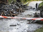 Nach dem Unwetter von Chamoson werden zwei Menschen weiter vermisst. Am Dienstagvormittag wurde die Suche nach den Opfern nach einem Unterbruch wieder aufgenommen. Die Polizei bittet um Hinweise. (Bild: Keystone/JEAN-CHRISTOPHE BOTT)