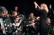 Maria Schneider dirigiert die Bigband des Jazzfestivals Generations 2018 im Frauenfelder Casino. (Bild: Reto Martin, 7. Oktober 2018)