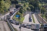 Durch die Sperrung der Brünigstrasse zwischen Giswil und Kaiserstuhl gab es Stau, hier vor der Ausfahrt Giswil auf der A8 (links) wie auf der Kantonsstrasse (rechts). (Bild: Pius Amrein (9. August 2019))