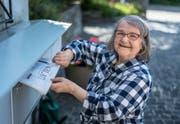 Die 75-jährige Rosmarie Raimann bessert ihre AHV als Zeitungsverträgerin auf. (Bild: Michel Canonica)