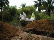 Helfer beerdigen die Leiche eine Ebola Opfers in Beni in der Demokratischen Republik Kongo. (Bild: Keystone/AP/JEROME DELAY)