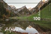 Die Sondermarke Alpstein zeigt den herbstlichen Seealpsee. Das Wertzeichen in der Reihe «Typische Schweizer Landschaft» ist im September 2018 erschienen. (Bild: PD)