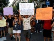 Demonstranten fordern am Sonntag in Barcelona die Aufnahme der Flüchtlinge durch die spanische Regierung. (Bild: Keystone/EPA EFE/QUIQUE GARCIA)