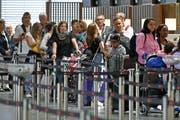 Warteschlangen vor den Check-In Schaltern beim Ferienstart auf dem Flughafen Zürich. (Bild: Walter Bieri/Keystone, Kloten, 13. Juli 2019)