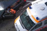 Eine St.Galler Stadtpolizistin kontrolliert einen Autofahrer. (Symbolbild: Urs Jaudas - 24. September 2013)