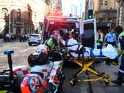 Auf offener Strasse: In Sydney hat ein Mann auf eine Frau eingestochen und weitere Passanten verfolgt. (Bild: KEYSTONE/AAP Image/DEAN LEWINS)