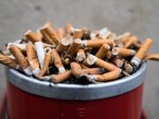 Neuer Anlauf für Werbeverbote: Die Gesundheitskommission des Ständerates will Zigarettenwerbung in Zeitungen, Zeitschriften und Internet verbieten. (Bild: KEYSTONE/PETER KLAUNZER)
