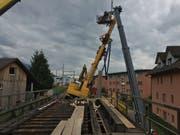 In beunruhigender Schräglage: Das rund 40 Tonnen schwere Drehbohrgerät auf der SBB-Baustelle bei der Mülimatt in Oberwil. (Bild: Zuger Polizei)