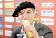 Nachdem Österreich sich für die EM qualifiziert hatte, erschien Marcel Koller mit Béret und Baguette zur Pressekonferenz. (Archivbild: Keystone)