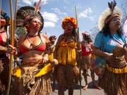 Zehntausende Frauen, darunter Ureinwohnerinnen und Bäuerinnen, gingen in der brasilianischen Hauptstadt Brasilia gegen die ultrarechte Regierung von Jair Bolsonaro auf die Strasse. (Bild: KEYSTONE/EPA EFE/JOEDSON ALVES)