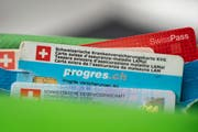 Immer im Portemonnaie dabei, nebst ID und Swisspass: die persönliche Krankenversicherungskarte. (Bild: Keystone/Gaetan Bally)