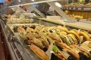 Nicht alles wird verkauft: Cafés bieten täglich eine grosse Vielfalt an süssem Gebäck, Konfekt und Sandwiches an. (Bilder: Bianca Helbling)