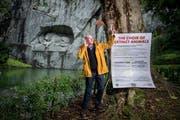 Der Medienkünstler Andreas Weber realisiert im Park beim Luzerner Löwendenkmal eine Sound-Installation mit den Stimmen ausgestorbener Tiere, vor allem Vögel. (Bild: Boris Bürgisser, Luzern, 12. August 2019)