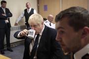 Abwarten und Tee trinken wie hier beim Gefängnisbesuch in Leeds? Das kann sich Boris Johnson beim Brexit nicht leisten. (Bild: AP Photo/Jon Super)