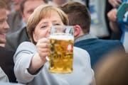 «Auf ein gutes Wahljahr.» Die deutsche Kanzlerin stösst bei einem Wahlkampfauftritt für die CSU in Bayern mit einer Mass Bier an. Bild: Christian Bruna/EPA (München, 28 Mai 2017)