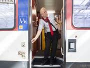 Die Arbeitsabläufe der Zugbegleiter sind laut den SBB sicher. Allerdings wurden bisher fünf Türen mit defektem Einklemmschutz entdeckt. (Bild: KEYSTONE/ENNIO LEANZA)