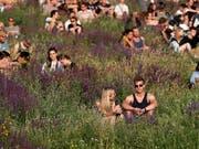 Festivalbesucher im Berliner Mauerpark. Ein neues Angebot für Touristen in der deutschen Hauptstadt sieht vor, dass Gäste dort putzen, wo andere feiern. (Bild: KEYSTONE/EPA/FELIPE TRUEBA)