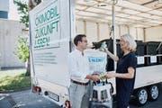 Der Chamer Gemeinderat Drin Alaj und die Zuger Stadträtin Eliane Birchmeier testen das neue Ökimobil. (Bild: PD)