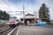 Beim Bahnhof Bruggen braucht es ab 2024 provisorische Verbesserungen bei der Erschliessung, weil die Frist zur Einhaltung des Behindertengleichstellungsgesetzes Ende 2023 abläuft, dieser Bahnhof aber erst bis 2026 saniert werden kann. An der Verbesserung der Fahrplansituation wird hier ebenfalls gearbeitet. (Bild: Urs Bucher - 26. Januar 2018)