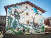 In Bivio im Kanton Graubünden ist am Wochenende ist das erste alpine Art Graffiti des Zürcher Künstlers Redl eingeweiht worden. Ein einheimisches Mädchen stand Modell. (Bild: Keystone)