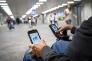 Bis Ende 2023 müssen gemäss Behindertengleichstellungsgesetz des Bundes ÖV-Haltestellen, also auch Bahnhöfe, barrierefrei zugänglich sein. Die Frist ist seit 2004 bekannt. Trotzdem kämpfen beispielsweise auch die SBB bei den dafür nötigen baulichen Massnahmen mit Verzögerungen. (Bild: Ralph Ribi - 16. Mai 2017)