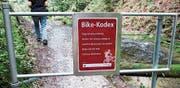 Unvernünftige Biker gefährden auf dem Klusbachweg oft Wanderer. Deshalb gibt's neu eine Sperre mit Sicherheitshinweisen. (Bild: egb)