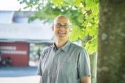 Patrik Fink vor der Kantonsschule, wo er als Lehrer arbeitet. (Bild: Andrea Stalder)