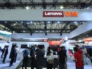 Lenovo profitiert davon, dass in den USA mit Blick auf drohende Schutzzölle derzeit mehr PCs verkauft werden. Im Bild: Stand von Lenovo am Mobile World Congress in Shanghai im Juni dieses Jahres. (Bild: KEYSTONE/EPA COSTFOTO/LONG WEI)