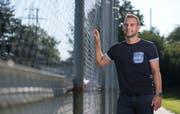Sandro Foschini will seinen ehemaligen Teamkollegen vom FC Aarau den Schneid abkaufen. Bild: Maria Schmid (Cham, 15. August 2019)