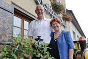 Sie sagen Adieu: Das Wirtepaar Hans-Rudolf und Brigitte Dietrich vor dem Gasthaus Hecht. (Bild: Donato Caspari)