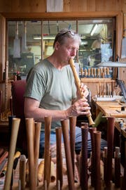 Seine Flöten muss Christoph Trescher auf den Klang hin selber ausprobieren (Bild: Urs Bucher/TAGBLATT)