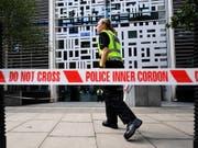 Vor den Gebäude des britischen Innenministeriums in London ist ein Mann mit einem Messer schwer verletzt worden. (Bild: KEYSTONE/EPA/ANDY RAIN)