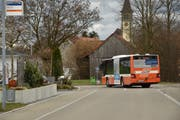 Der Bus fährt auf dem Weg zum Bahnhof und von dort zurück auf die Hauptstrasse über ein Wohnquartier. (Bild: Markus Schoch)