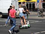 E-Scooter sind in Mailand in Fussgängerzonen und auf Radwegen vorläufig untersagt. (Bild: KEYSTONE/EPA/ARMANDO BABANI)