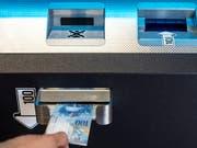 Bitcoins können derzeit einiuges günstiger erstanden werden als noch vor wenigen Tagen. Im Bild: Ein Bitcoin-Automat in Zug, fotografiert im September 2018. (Bild: KEYSTONE/ALEXANDRA WEY)