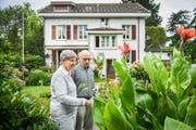 Heidi und Heinrich Früh begutachten in ihrem Garten eine Calla, auch Drachenwurz genannt. (Bilder: Reto Martin)