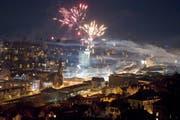 Private, nicht bewilligungspflichte Feuerwerkskörper explodieren an Silvester über der Stadt St.Gallen. Am kommenden Samstag, 21 bis 22 Uhr, sind aus Anlass einer Feier auf dem Rosenberg professionelle Feuerwerker an der Arbeit. (Bild: Urs Jaudas - 1. Januar 2013)