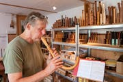 Christoph Trescher spielt in seinem Laden in Mogelsberg auf dem Krummhorn - ein Exot unter seinen Flöten. (Bild: Urs Bucher/TAGBLATT)