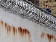 In der westdeutschen Stadt Bochum ist ein Häftling offenbar über die fünf Meter hohe Gefängnismauer geklettert. (Bild: KEYSTONE/AP/PATRICK SEMANSKY)
