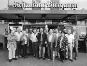 Die Zürcher SVP-Senioren vor dem «Biergarten»: In der Mitte Milieu-Anwalt Valentin Landmann, links von ihm Bob-Olympiasieger Erich Schärer. (Bild: Mirko Ries)