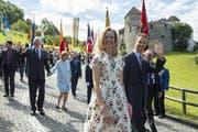 Erbprinz Alois schreitet mit seiner Ehefrau vom Schloss herab zum Volk. (Bild: Keystone. Vaduz, 15. August 2019)