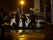Mehrere Polizisten in der US-Stadt Philadelphia wurden bei einem Schusswechsel mit einem in einem Haus verbarrikadierten Mann verletzt. (Bild: KEYSTONE/AP/MATT ROURKE)