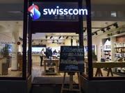 Die aktuelle Situation ist für Swisscom gegenwärtig durchzogen: Der Umsatz sinkt und den Betriebsgewinn (EBITDA) konnte das Unternehmen nur dank neuen Rechnungslegungsvorschriften und dem Geschäft in Italien verbessern. Im Bild: Swisscom-Shop in Zürich-Oerlikon (Bild: KEYSTONE/MELANIE DUCHENE)